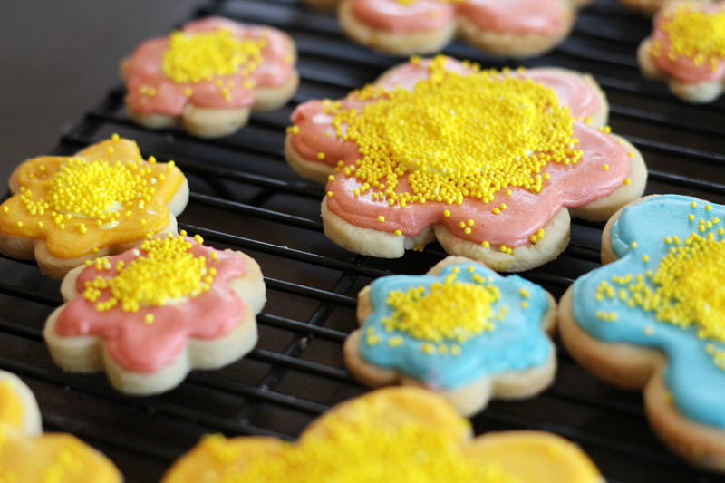 Good Eats: Flower & Bumblebee Sugar Cookies with Royal Icing | PepperDesignBlog.com