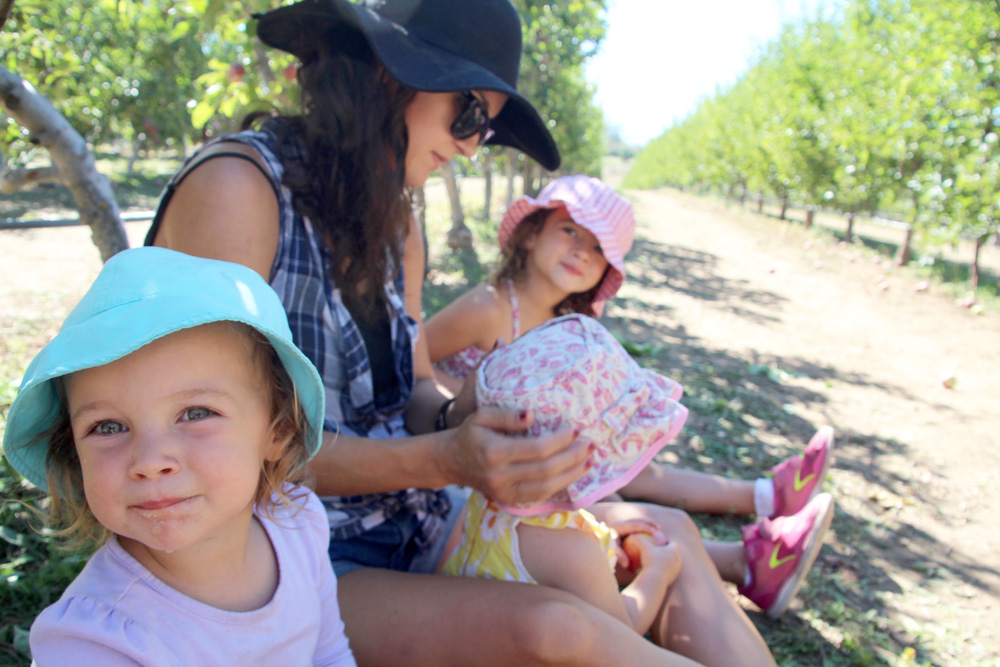 2015_julianapplepicking_momgirls_1000